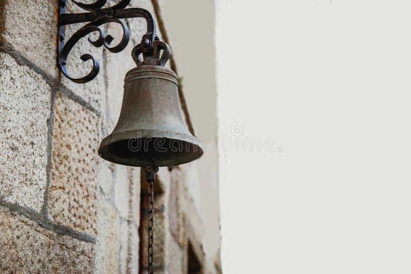 Античная латунная смертная казнь через повешение колокола от стены стоковое фото