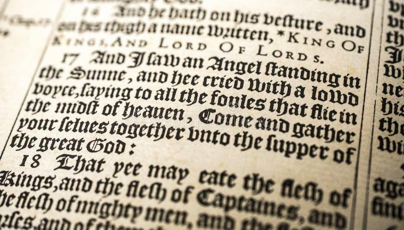 Античная рукопись библии, король 1611 Джеймс, откровение 19 стоковое фото