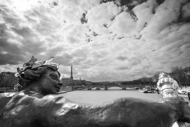 Античная статуя на мосте Александре III, реке Сене и Эйфелевой башне, Париже Франции, черно-белой фотографии стоковое изображение