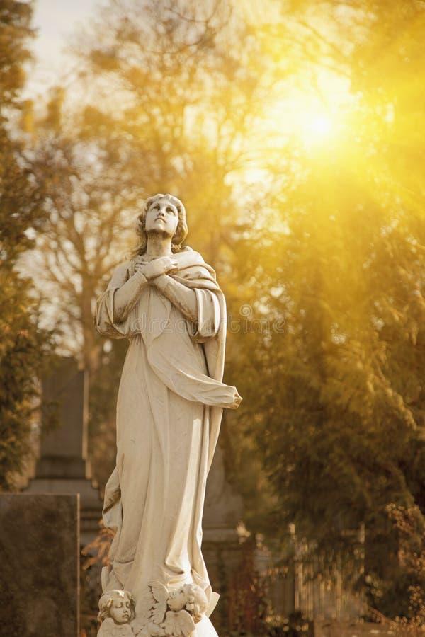 Античная статуя святой девой марии с ангелами как символ боли, страдания и любов стоковая фотография rf