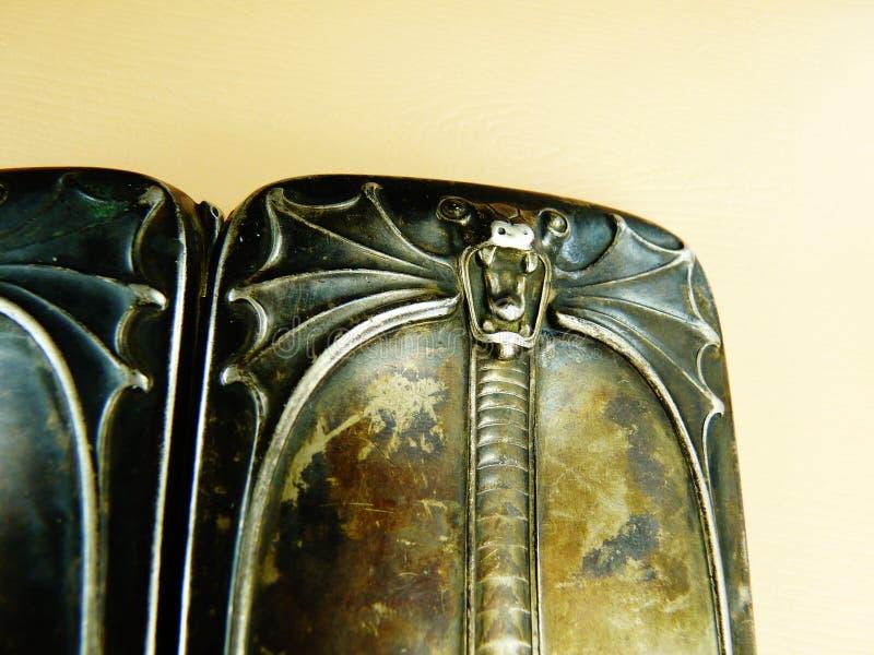 Античная твердая серебряная кобра случая сигареты стоковое фото