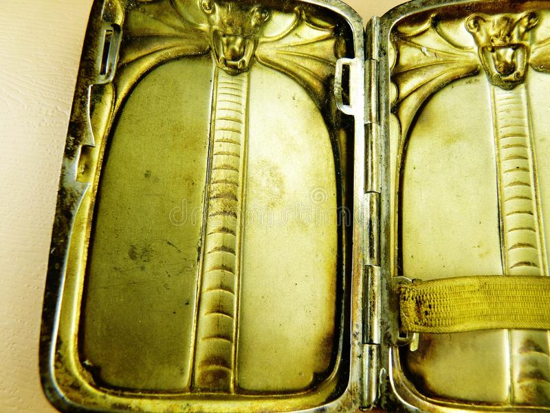 Античная твердая серебряная кобра случая сигареты стоковое фото rf