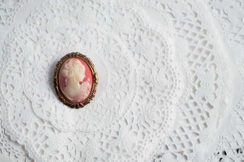Античная фибула камеи на бумажном шнурке стоковое фото