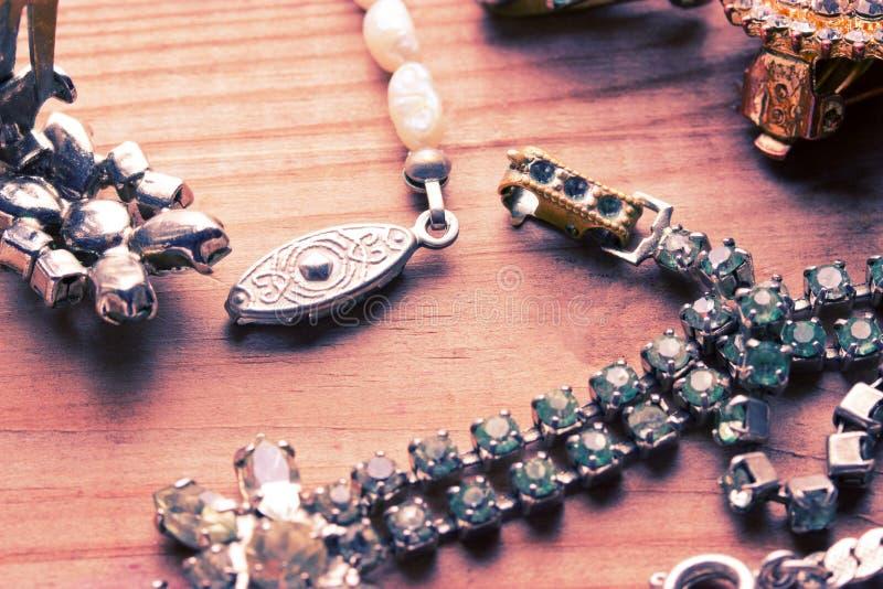 Античное винтажное ожерелье на деревянном столе стоковое фото rf