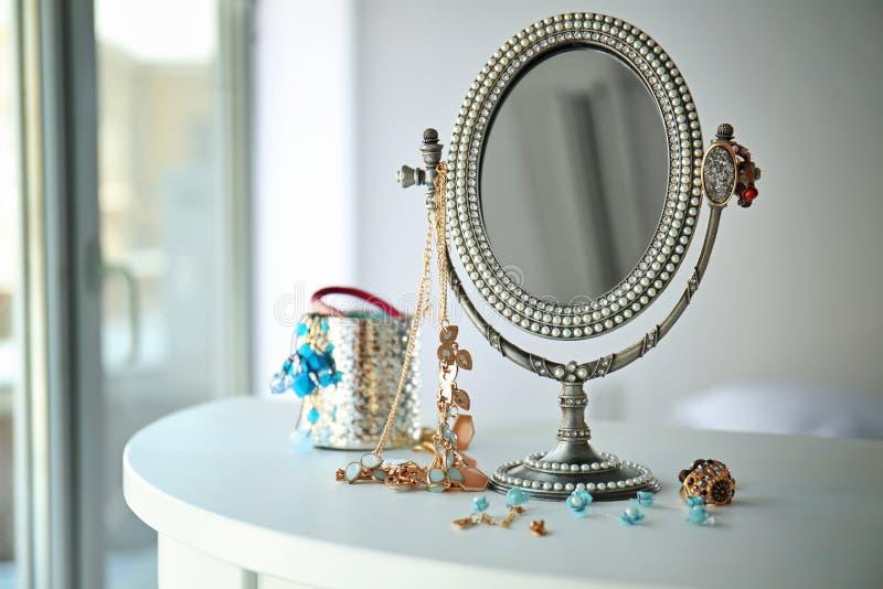 Античное серебряное зеркало и женские аксессуары стоковое изображение