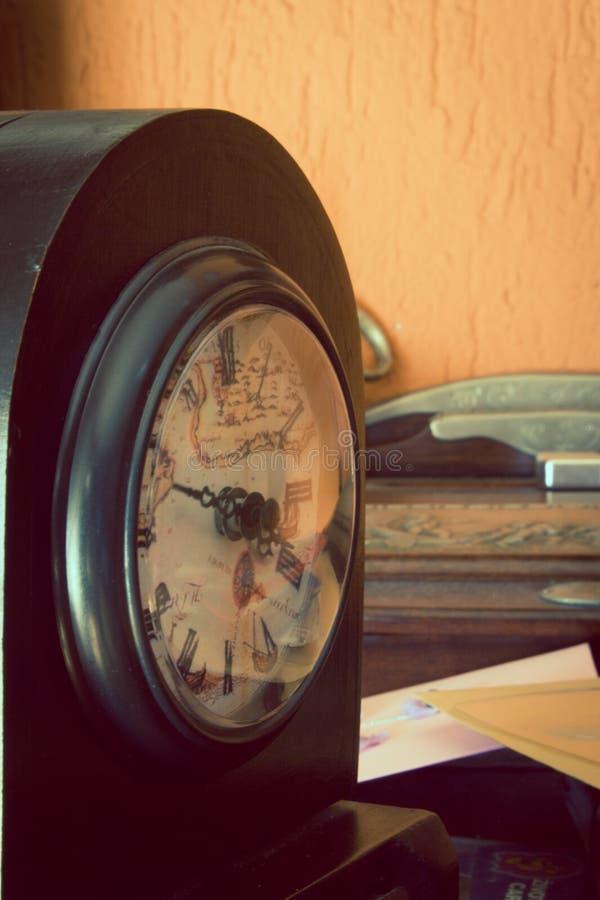 Античное тонизированное художническое часов стоковые фото
