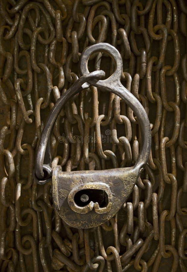 Античной замок выкованный цепью прикрепленный на петлях стоковая фотография
