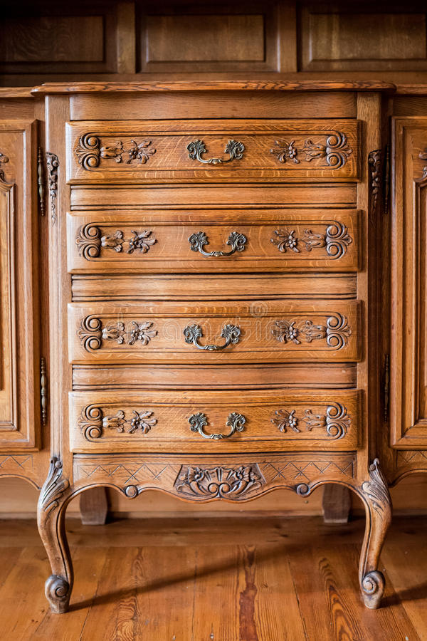 Античной комод высекаенный древесиной ящиков стоковая фотография rf