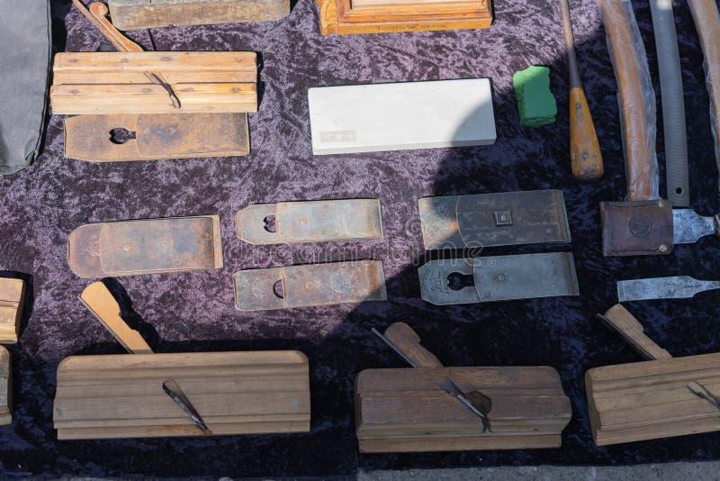 Античные антиквариаты проданы на блошином рынке Старый плотник инструмента Деревянные planers стоковая фотография