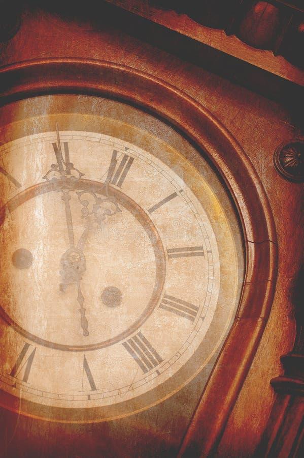 Античные винтажные настенные часы показывая 5 минут к полночи стоковое изображение rf