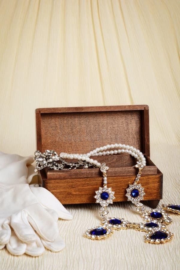 Античные деревянные коробка и перчатки украшений стоковые изображения