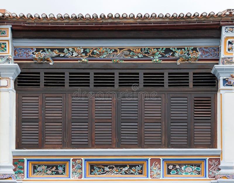 Античные деревянные окна на старом здании стоковые изображения