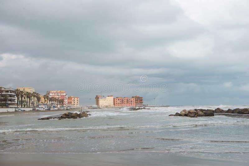 античные здания над береговой линией на бурный день, стоковые фото