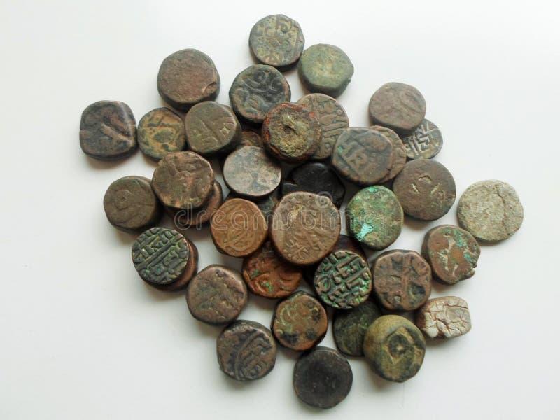 Античные каменные монетки изолированные на белизне стоковое изображение rf