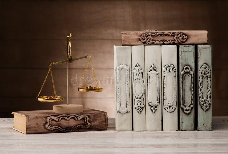 Античные книги и масштабы стоковая фотография rf