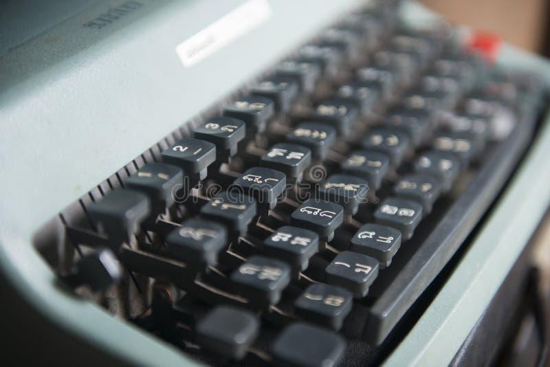 Античные кнопки алфавита машины машинки стоковая фотография rf