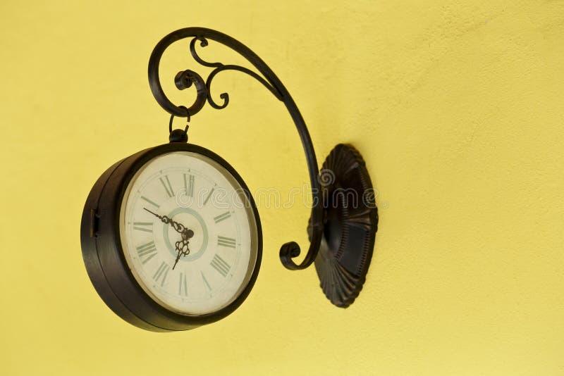 Античные настенные часы на стене стоковые изображения rf