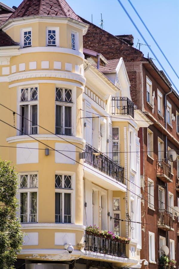 Античные оранжевые здания с античными окнами и крышей стоковые фотографии rf