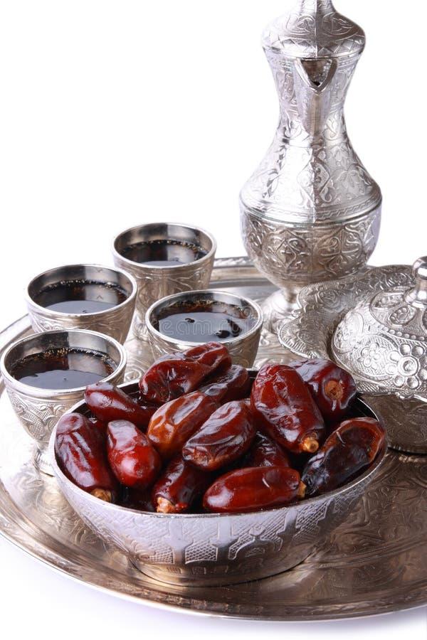 Античные серебряные питчер и кофейная чашка установили с датами в подносе i стоковое изображение