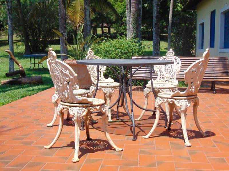 Античные стулья утюга стоковые фотографии rf