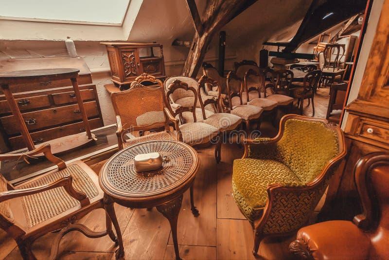 Античные таблицы металла, винтажные кресла, украшение, деревянная мебель и ретро детали старого дома стоковое изображение rf
