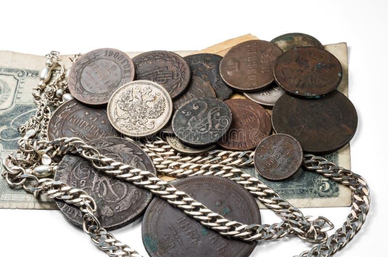 Античные silverware, серебр и монетки и ювелирные изделия бронзы лежа на старых банкнотах стоковое изображение rf