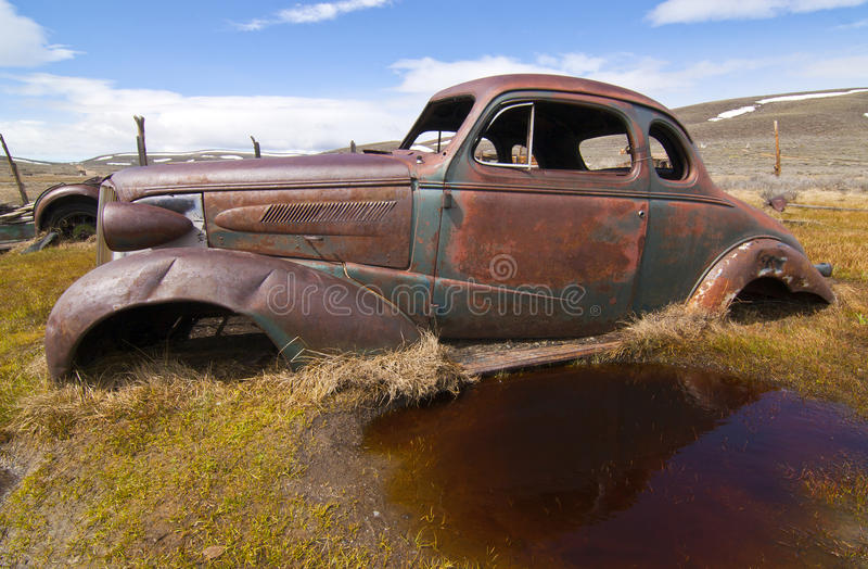античный автомобиль заржавел стоковые фотографии rf