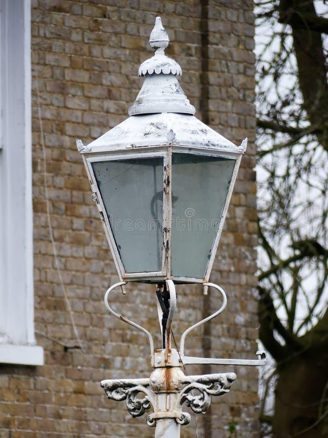 Античный белый уличный фонарь вне дома стоковые изображения