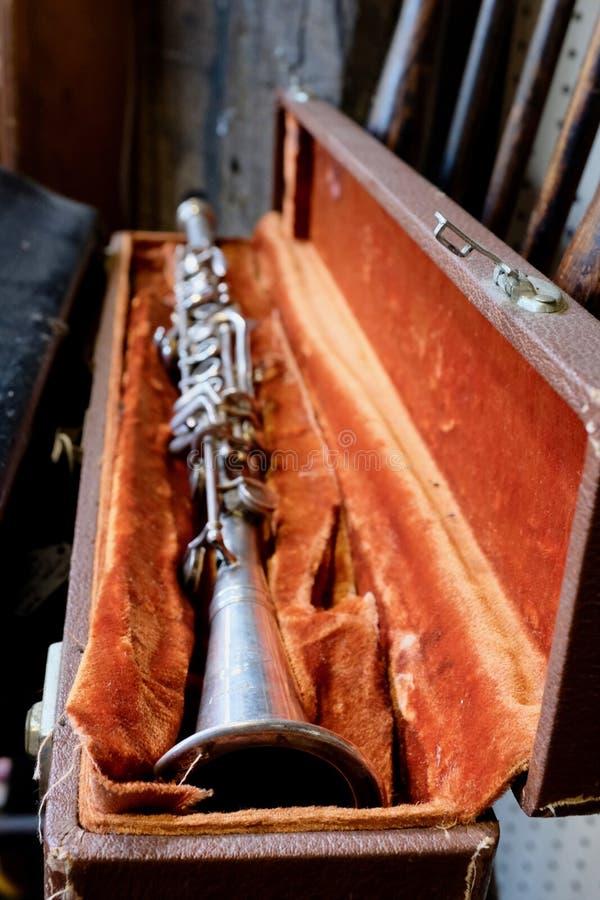 Античный винтажный кларнет и выровнянный бархатом случай стоковое изображение rf