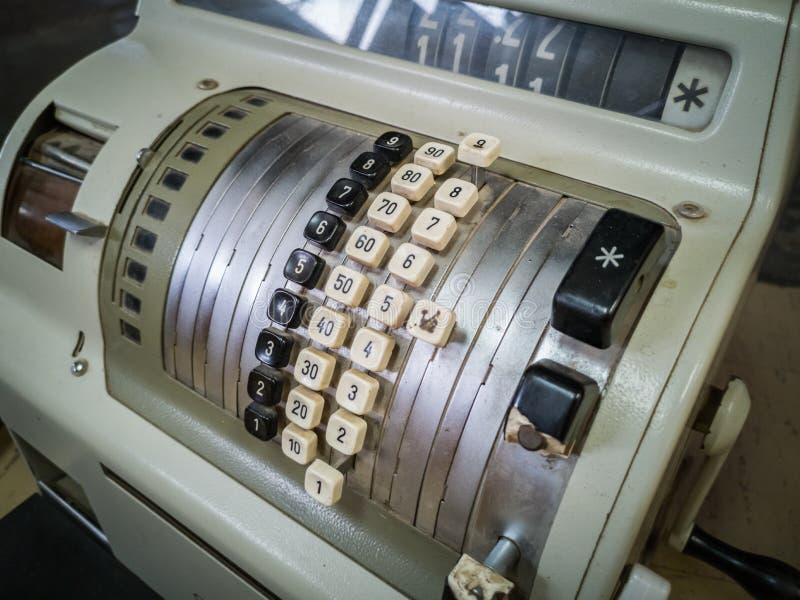 Античный крупный план кассового аппарата с пластиковыми кнопками стоковое изображение rf