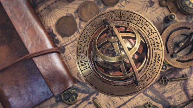 Античный латунный морской компас солнечных часов стоковые фотографии rf