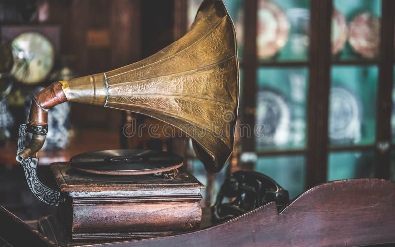 Античный проигрыватель дисков музыки с патефоном рожка стоковая фотография rf