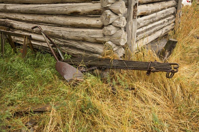 Античный плужок древесины и стали, бревенчатая хижина, Джексон, Вайоминг стоковые изображения rf