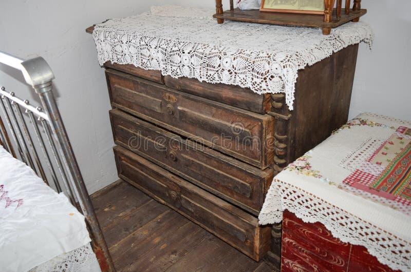 Античный дрессер с ящиками стоковые изображения