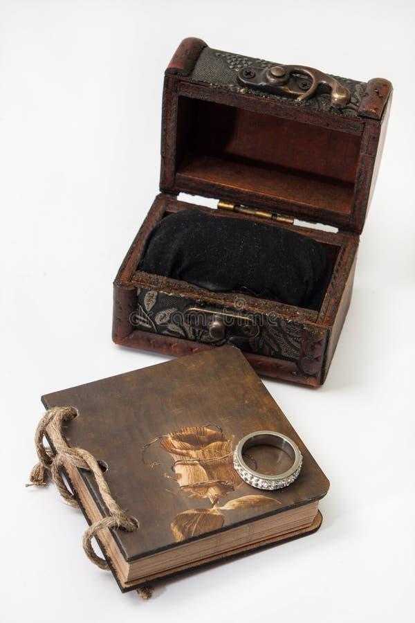 Античный ретро дневник прыгает с веревочкой и деревянными комодом и engagem стоковая фотография