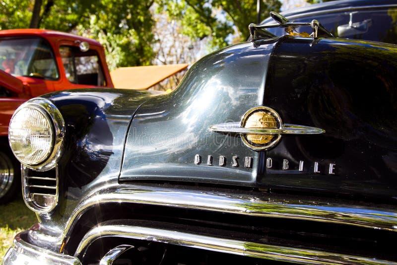 Античный седан Oldsmobile на выставке автомобиля стоковые изображения rf