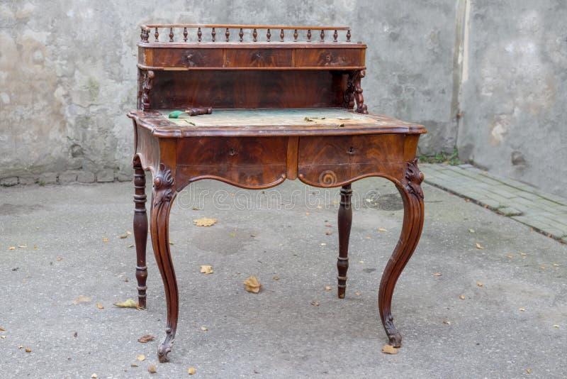 Античный стол сочинительства mahogany с богато украшенный высекать стоковые изображения