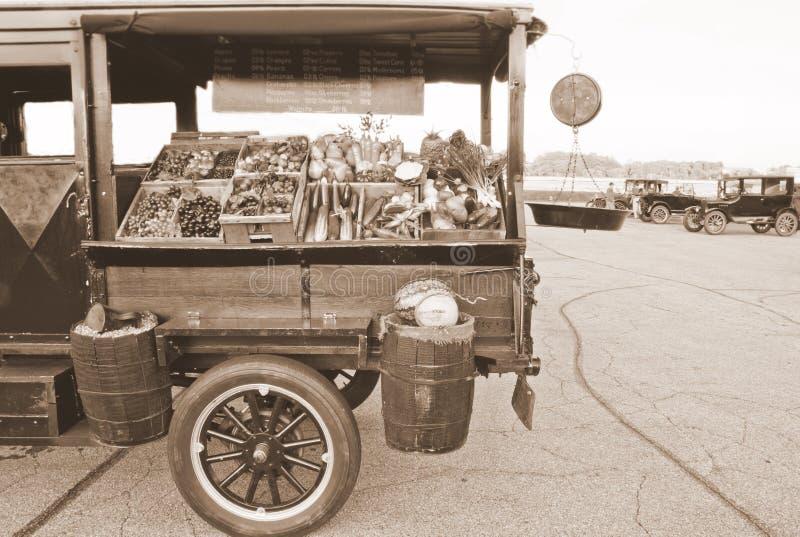 античный торговый автомат тележки продукции стоковая фотография