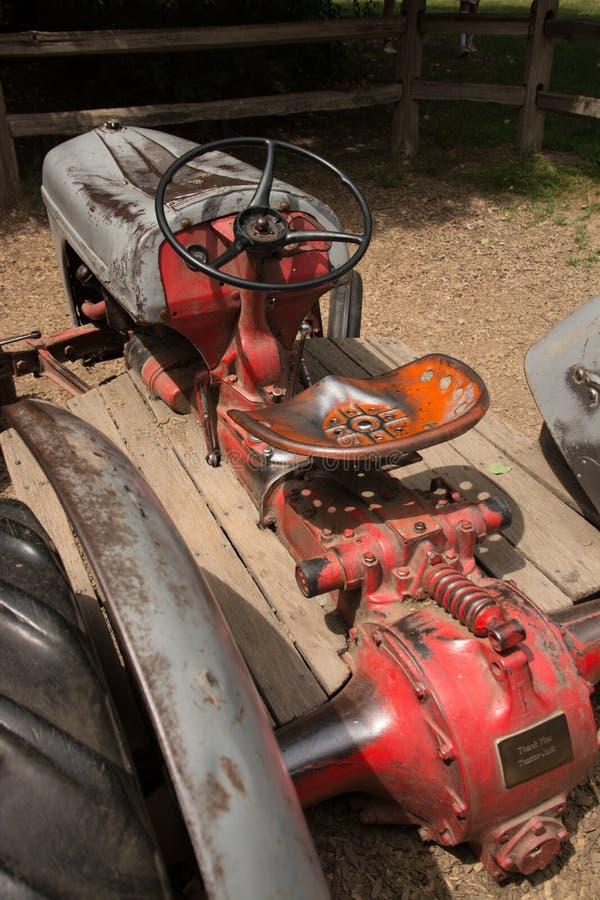 Античный трактор на дисплее стоковое фото