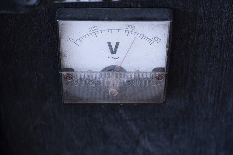 Античный усилитель V=Voltage вольтметра датчика на деревянной коробке для внешней музыки стоковая фотография rf