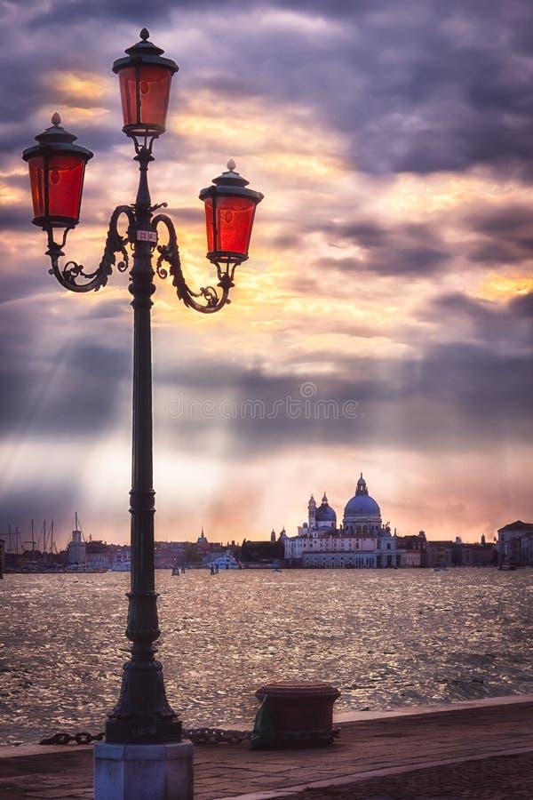 Античный штендер уличного света, Венеция в предпосылке стоковое изображение