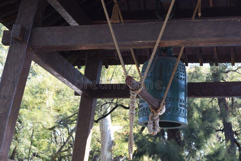 Античный японский колокол в парке стоковое фото rf