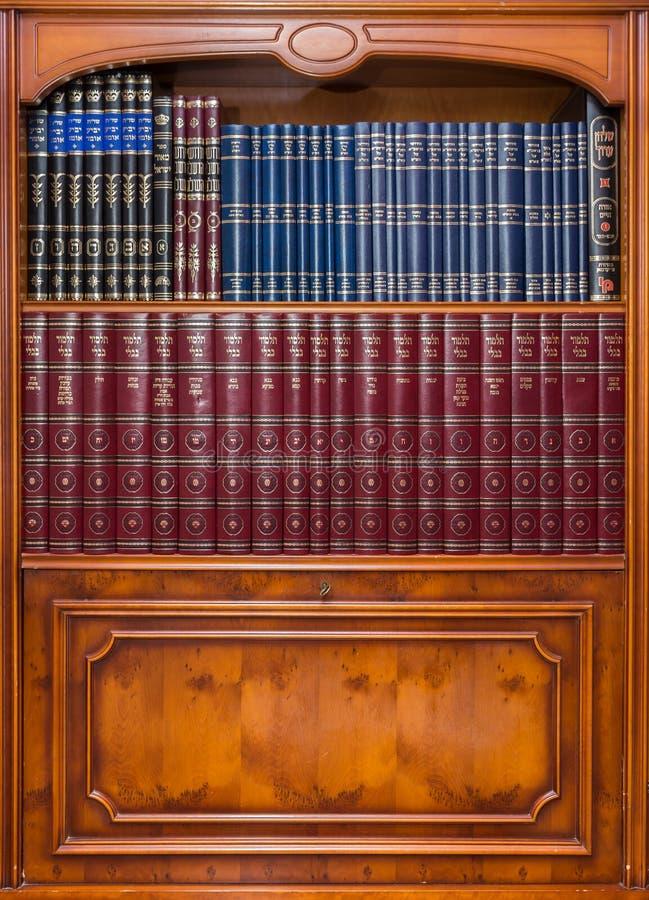 Античный bookcase с еврейскими книгами в синагоге стоковое изображение rf
