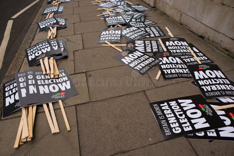 Анти- плакат правительства увиденный на Британии сломан/всеобщих выборов демонстрация теперь в Лондоне стоковая фотография