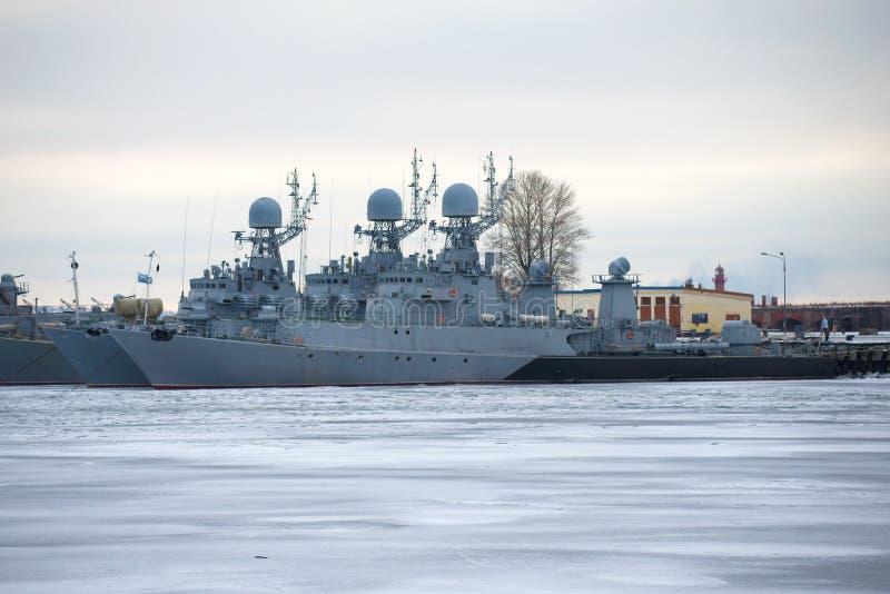 2 анти--подводная лодка Корвет прибалтийского воинского флота на автостоянке зимы в сумерк в январе Kronstadt стоковое фото