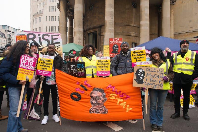 Анти- протестующие правительства на Британии сломаны/всеобщих выборов демонстрация теперь в Лондоне стоковые фотографии rf