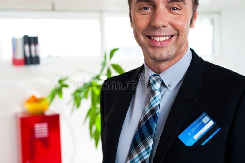 Антрепренер с кредитной карточкой в его карманн блейзера стоковые фотографии rf