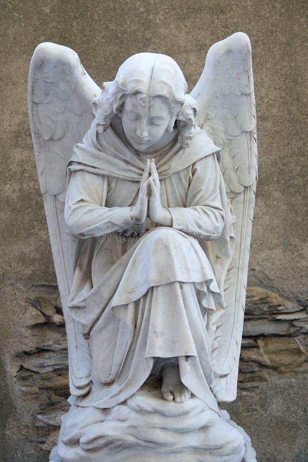 Download Анджел на надгробной плите на старом кладбище Стоковое Фото - изображение насчитывающей напольно, ангеликового: 33739526