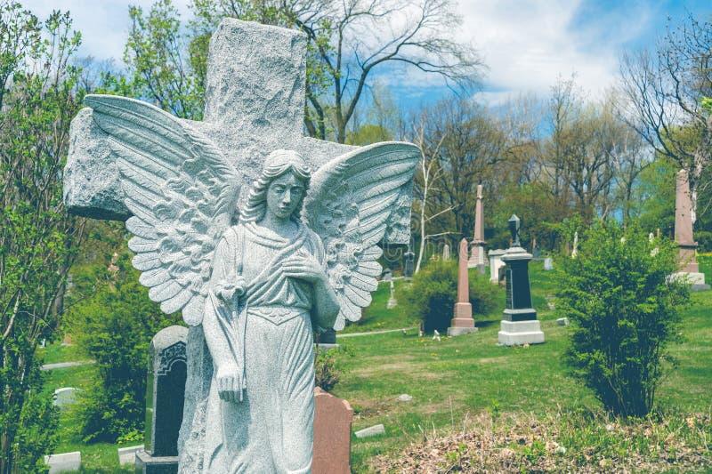 Анджел перед перекрестной статуей в кладбище стоковая фотография