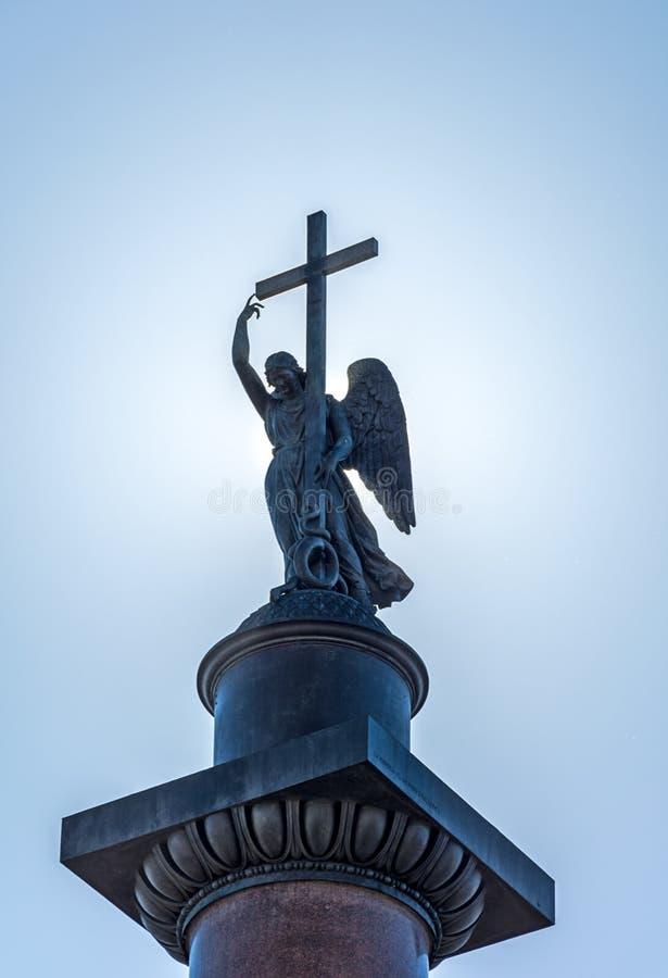 Анджел с крестом на столбце Александра на dayti предпосылки стоковые изображения